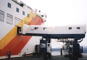 自走式船客乗降装置